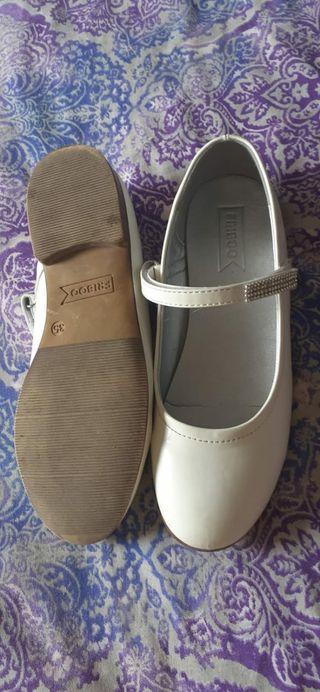 zapatos blancos niña