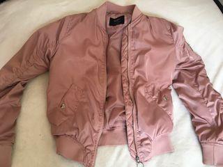 Chaqueta rosa de raso