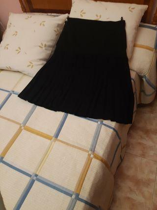 Falda negra con pliegues