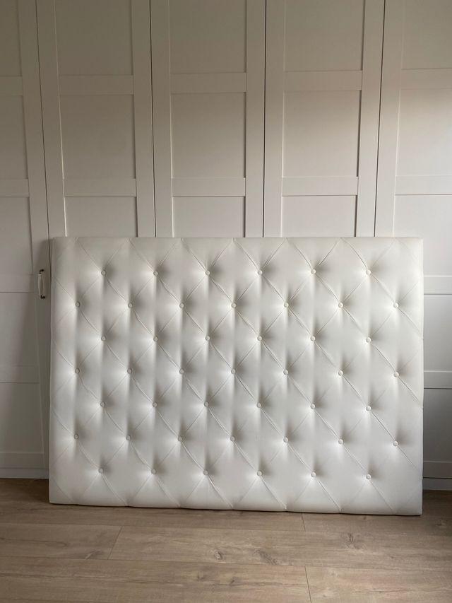 Cabecero blanco de cama
