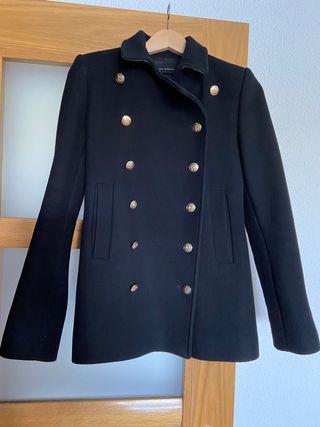 Abrigo de paño negro. Zara