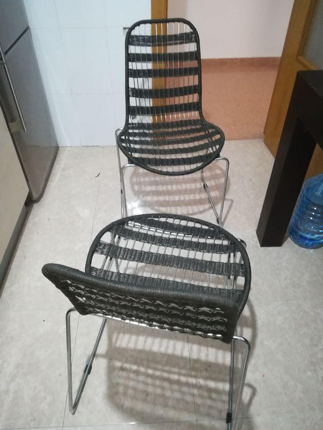 dos sillas de diseño de acero color negro