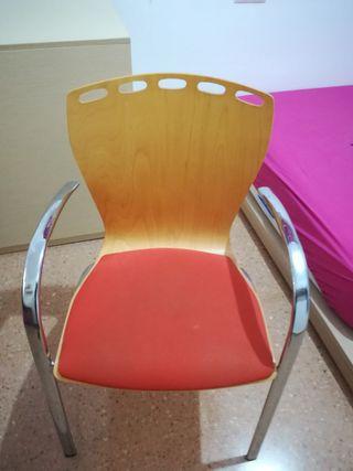 silla de acero y madera, asiento naranja