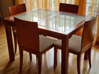 Cuidada mesa abatible con 4 sillas