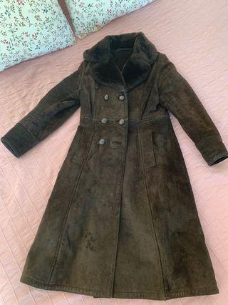 Abrigo londinense de piel marrón