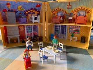 Maletín casa muñecas playmóbil