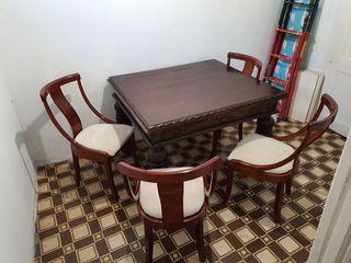 mesa de madera tallada extensible con 4 sillas
