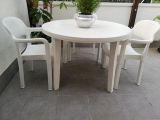 Mesa y tres sillas para terraza o jardín