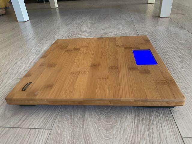 Báscula de baño digital en madera