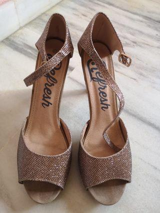 Sandalias de tacón dorados
