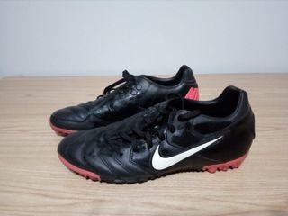 Botas de fútbol negras. Nike