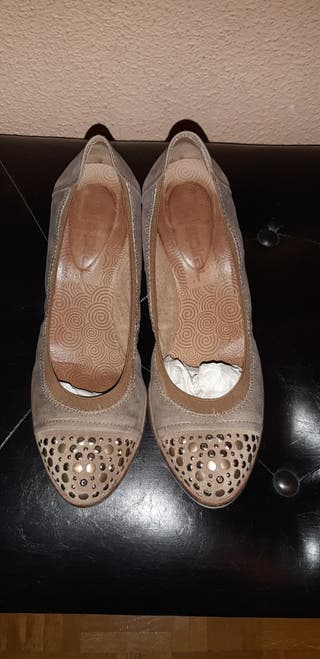 Zapatos beige oscuro con tacón