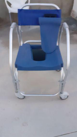 Se vende silla de ruedas para baño.