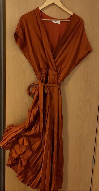 Vestido de tablas plisadas.