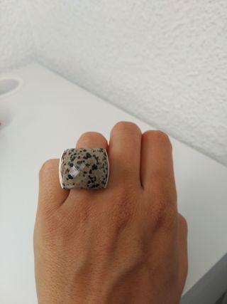 Anillo de plata y piedra