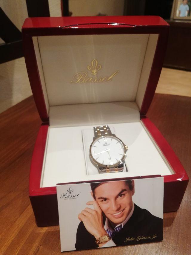 Reloj nuevo de oro y plata de la marca Bassel.