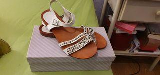 Sandalias blancas piel y tachuelas