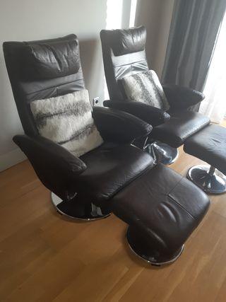 2 sofás reclinables de piel marrón con reposapiés