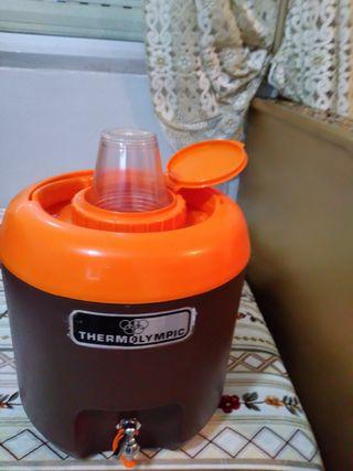 fuente pequeña de plástico con vasos