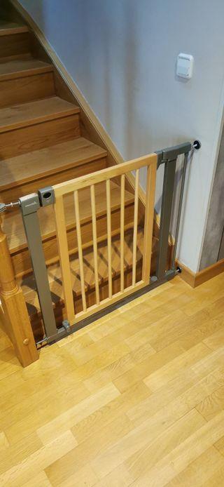 vallas de seguridad con puerta de madera.