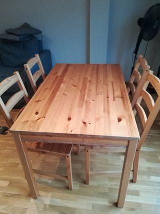 Mesa de comedor de madera con 4 sillas