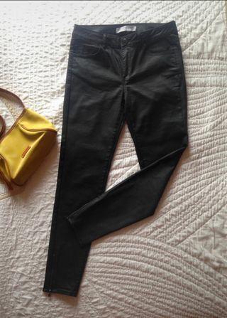 Pantalón pitillo negro encerado Zara.