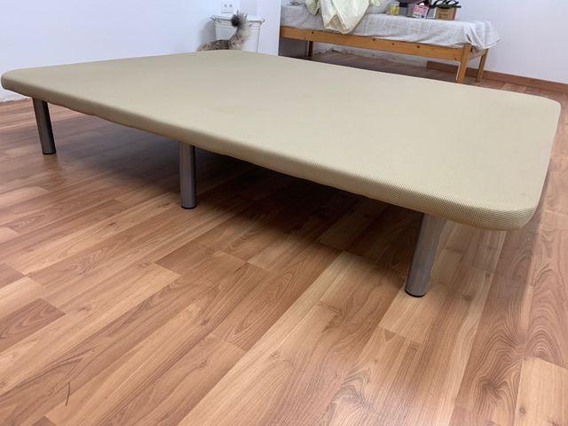 Base cama tapizada con patas