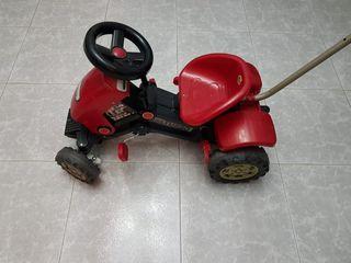 Tractor de juguete con pedales.