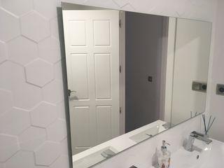 Espejo sin marco. Tiene un año.