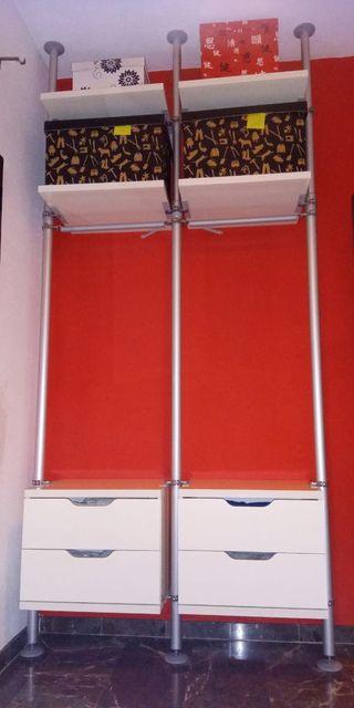 Vestidor abierto con baldas y cajones de Ikea