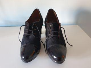Botines/Zapato abotinado ante y charol negro. T41