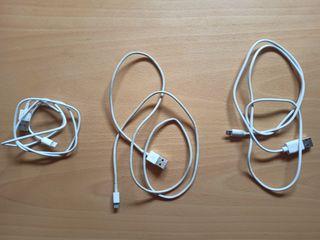 Cables USB para cargar iPhones.
