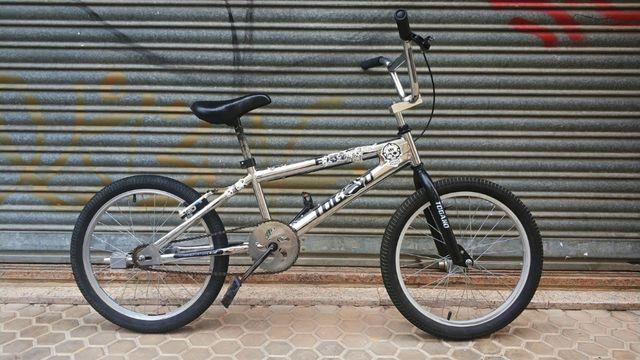 Bicicleta BMX plateada
