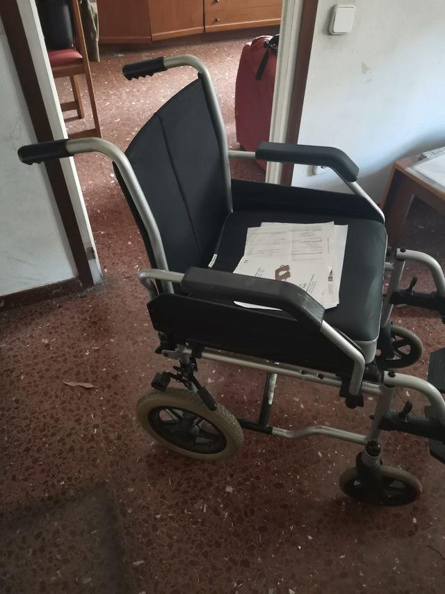 Silla ruedas y cojin antiescaras de ortopedia.