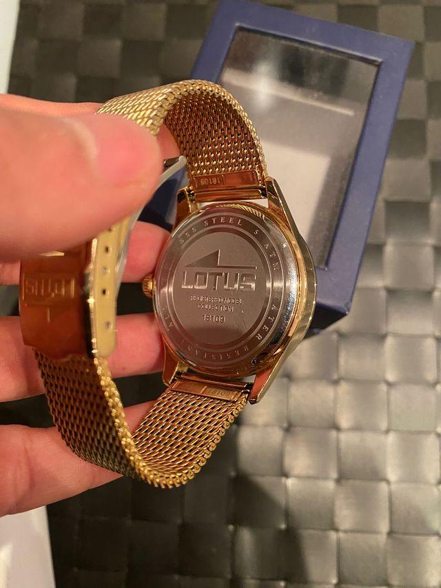 Reloj lotus dorado