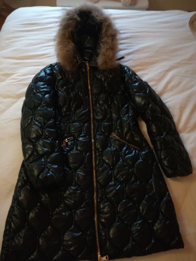Abrigo negro brillante con capucha pelo