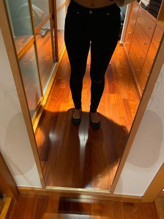 Tejano negro con rodillas abiertas - NUEVO