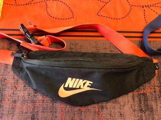 Riñonera Nike negra i naranja