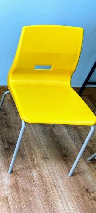 Silla apilable pupitre escolar amarilla