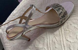 Zapato fiesta con tacón plateado