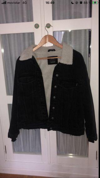 chaqueta vaquera negra con borrego blanco