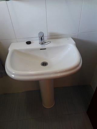 lavabo Roca blanco con pie y grifo