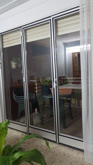 Puerta con cristaleras + persiana