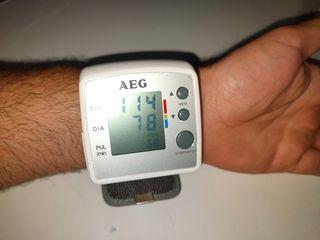 Tensiómetro arterial y medidor de pulso AEG
