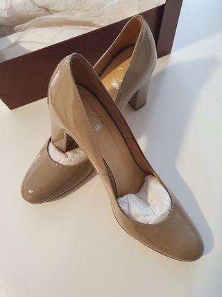 Zapatos salón charol en nude.