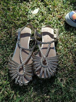 Sandalias doradas de niña de cuero Zara