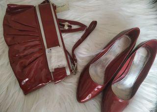 conjunto de zapatos de tacón y bolso d mano charol