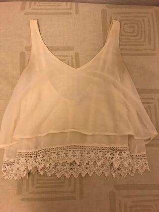 Blusa blanca de seda con encaje inferior