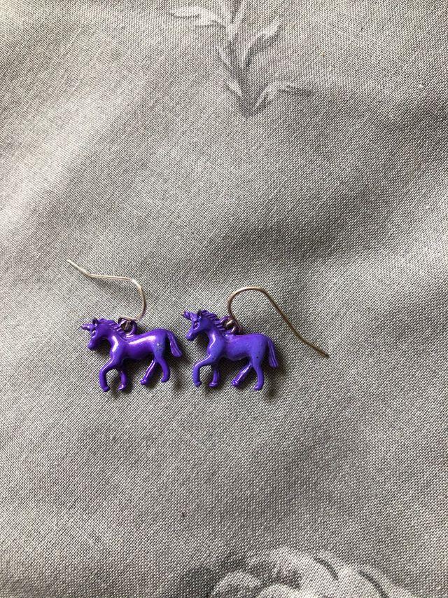 Pendientes de unicornio morado.