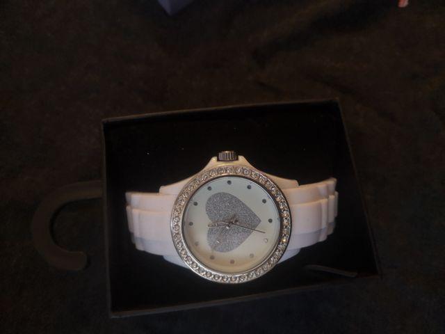 reloj nuevo con etiquetas